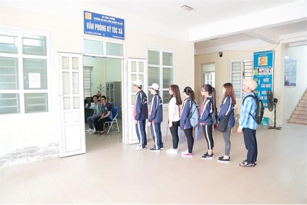 Trung tâm Quản lý Ký túc xá triển khai cho sinh viên ở nội trú ký cam kết về việc thực hiện nội quy tại khu nội trú.